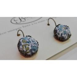 """Boucles d'oreille pendante """"Fleurs bleues fond blanc"""""""